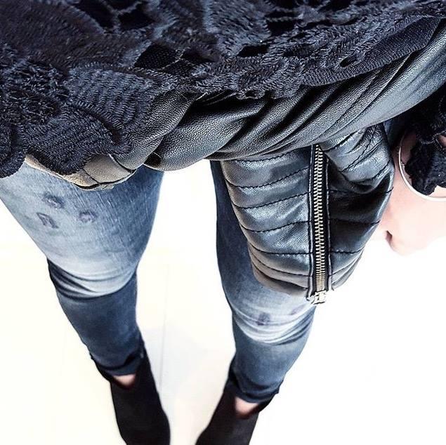 Aujourd'hui, on opte pour un look total black avec notre modèle Eliya.