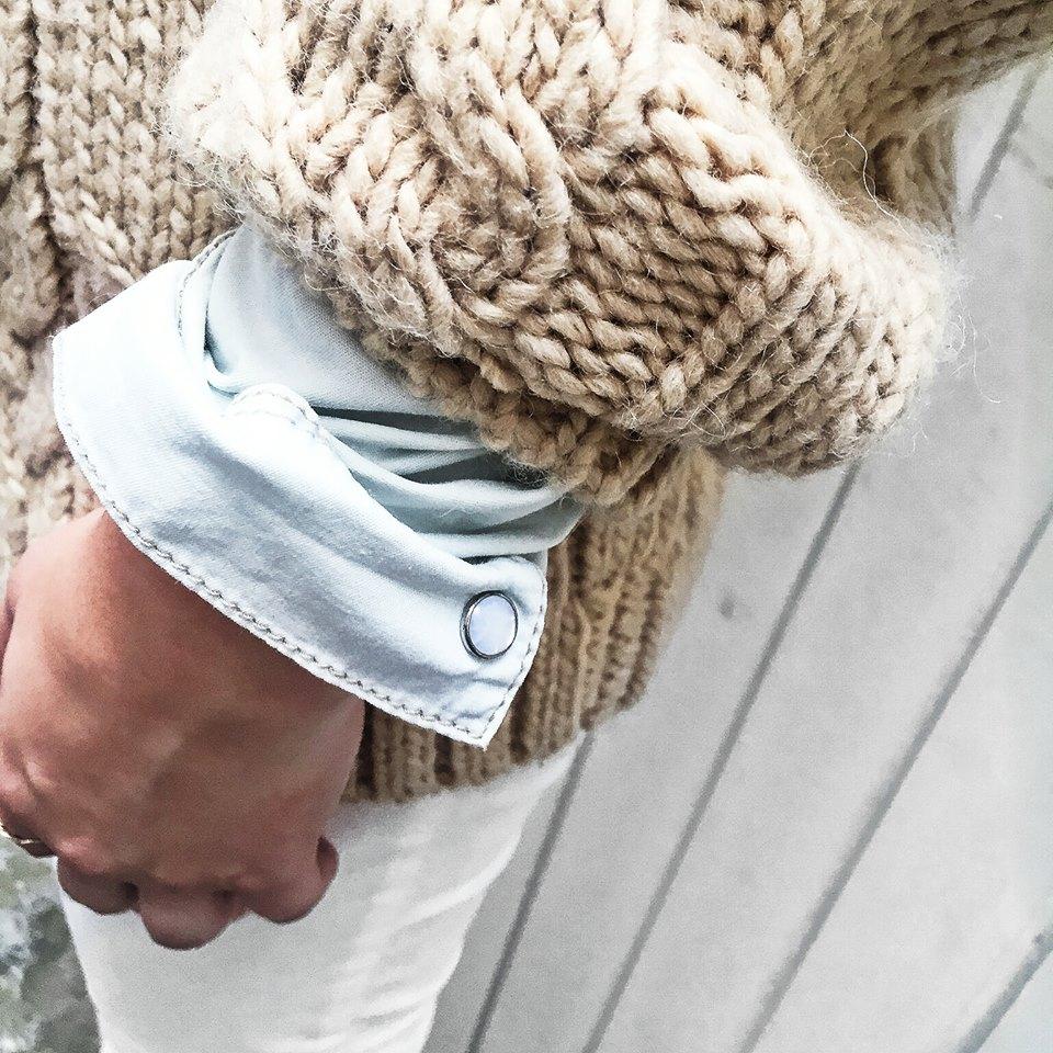 Ressortir nos mailles adorées sans oublier le détail denim avec notre chemise en jean MELIE !